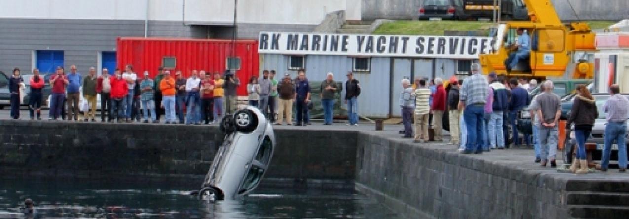 Automóvel cai ao mar na Doca da Horta