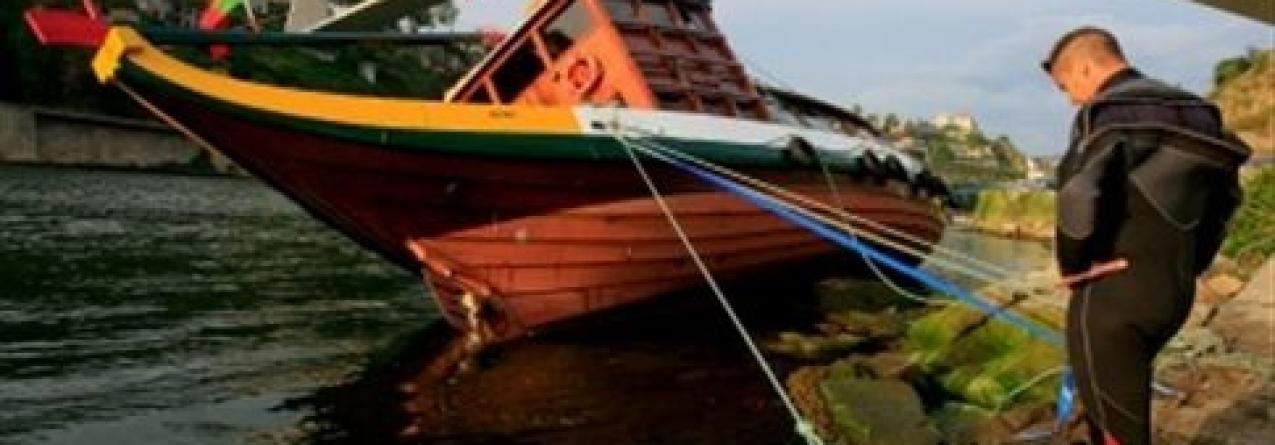 Barco rabelo encalha no Rio Douro