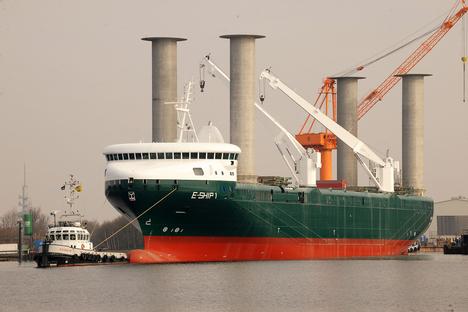 Navio ecológico 'E-ship 1' carrega aerogeradores
