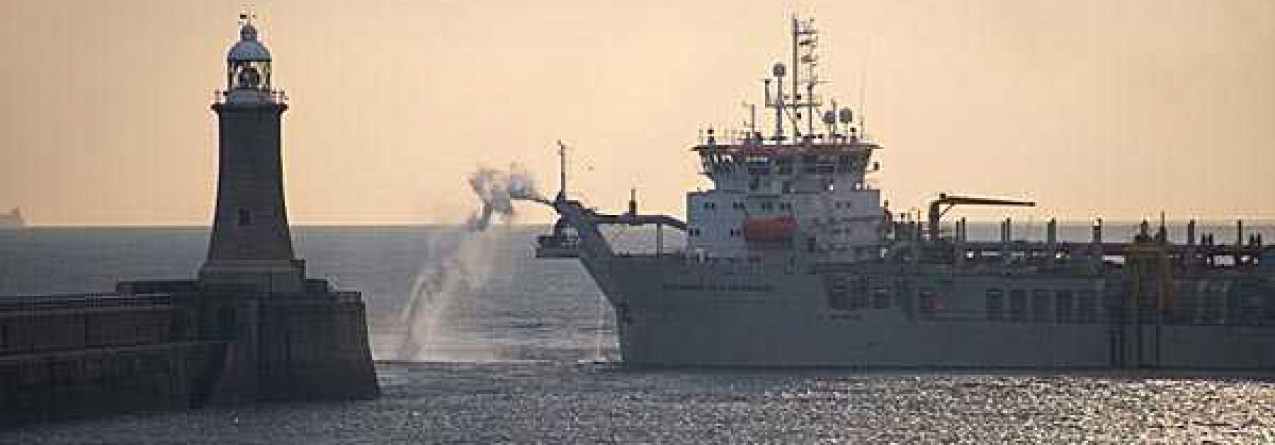 Operações de deposição de dragados no porto comercial da Horta
