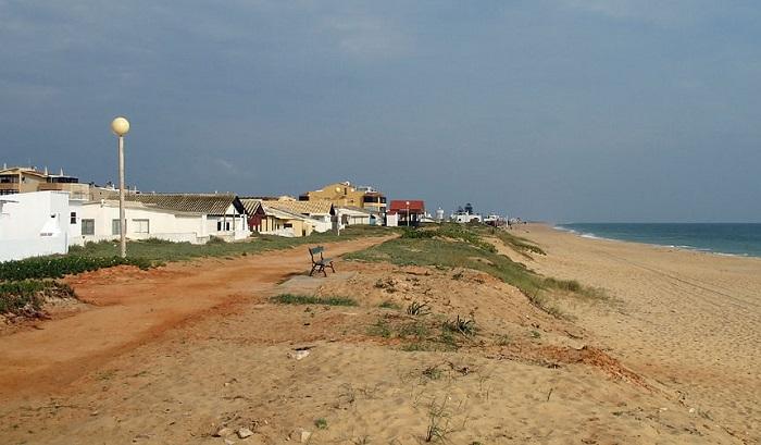Mais de uma centena de casas de veraneio, na ilha de Faro, vão abaixo antes que o mar as derrube