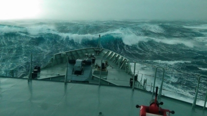O NRP Viana do Castelo enfrentou ondas superiores a 12 metros