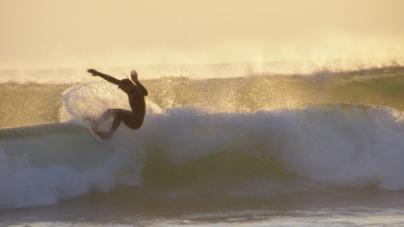 Português abre escola de surf na Índia