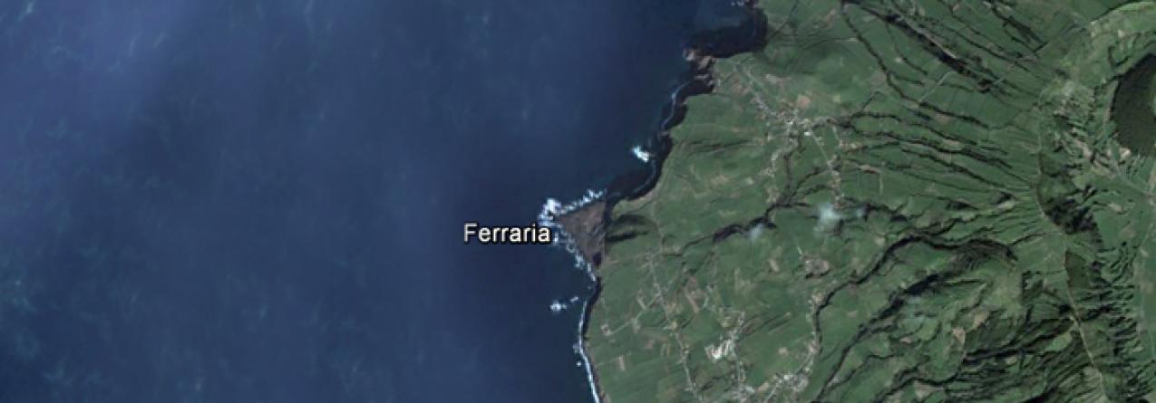 Barco de pesca naufragou sexta-feira ao largo da Ferraria e pescadores estão a salvo