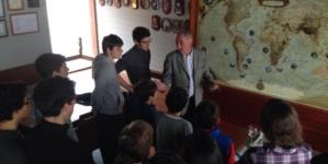 Velejadores do CNH aprendem com Genuíno Madruga, visitando o restaurante e o barco deste navegador