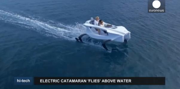 Embarcação elétrica flutua na água (vídeo)