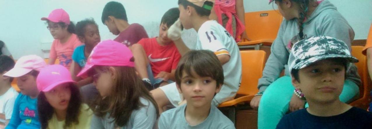 """Campanha de sensibilização """"O Pescado Certo"""" leva crianças à lota de São Mateus"""