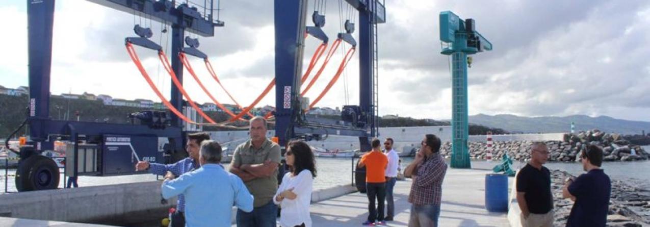 Novo pórtico 'travel-lift' instalado no Porto de Pescas de Rabo de Peixe