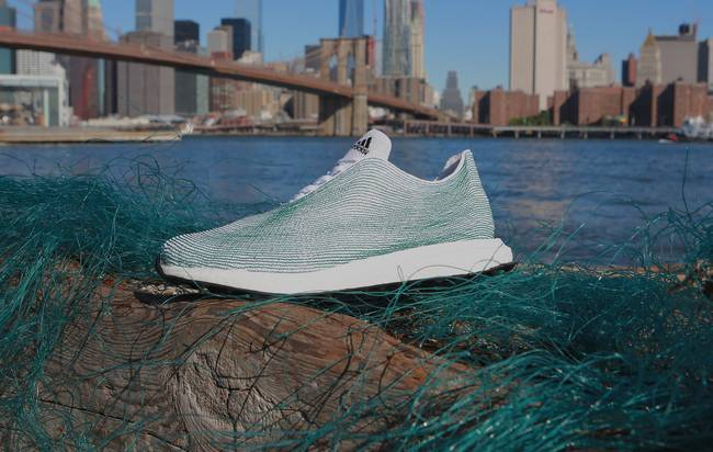 Adidas apresenta ténis fabricados com lixo marinho para sensibilizar para esta ameaça aos oceanos