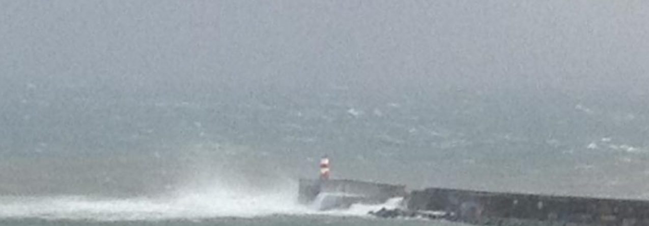 Força do mar partiu molhe do Porto de Ponta Delgada