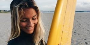 Surfista australiana canta na rua para conseguir vir aos Açores