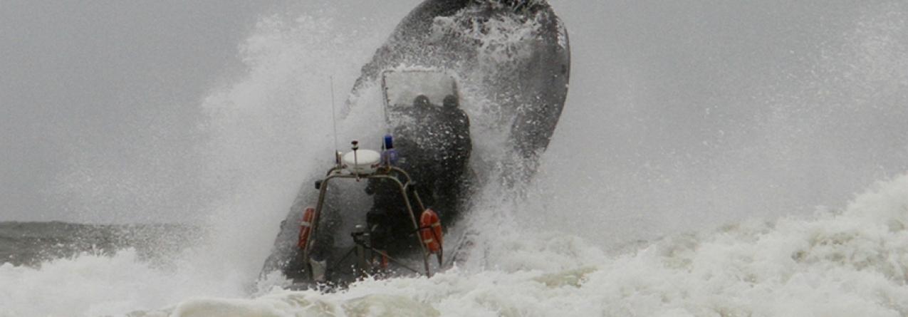Treino da Polícia Marítima com EAV's em zona de rebentação