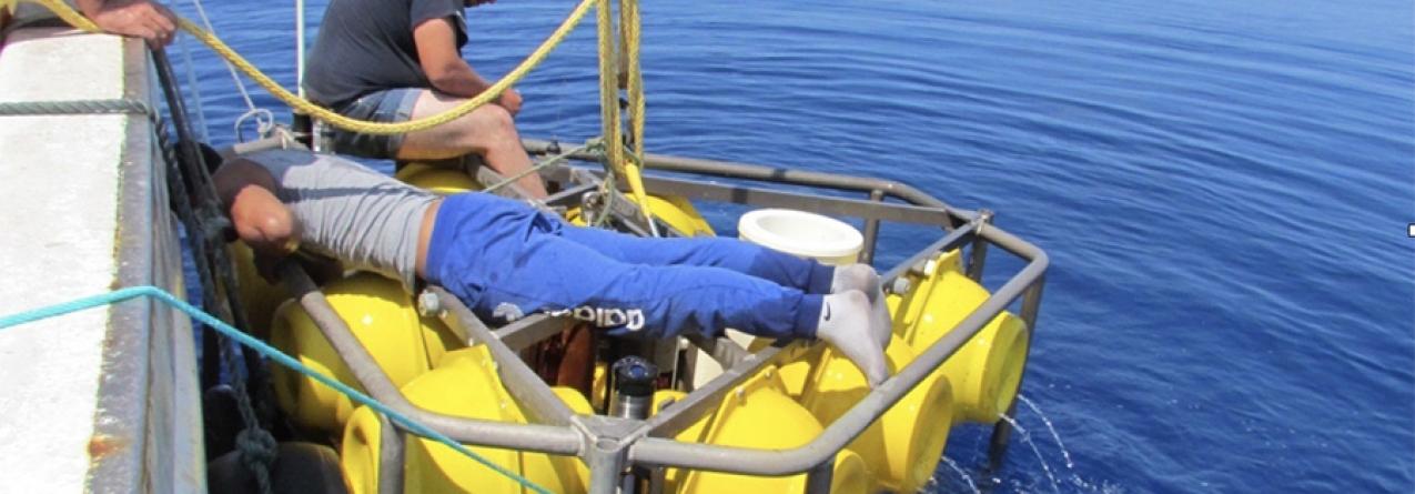 Recuperação de uma bóia oceanográfica a aproximadamente 300 milhas a sudoeste dos Açores