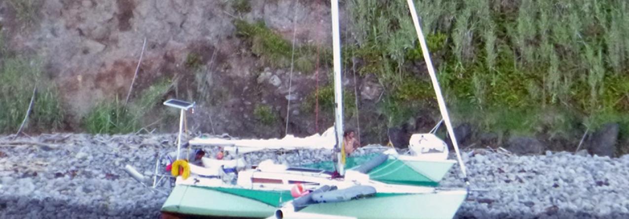"""Marinha resgata veleiro """"MADAME BA"""" encalhado na costa leste da ilha das Flores"""