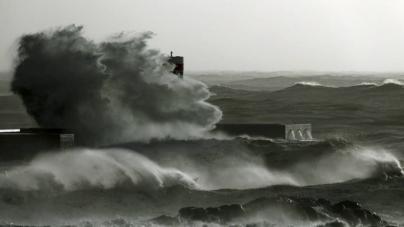 Coletes salvam a vida a três pescadores em Aveiro