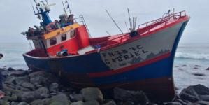 Resgate de 10 tripulantes de embarcação de pesca após encalhe na orla costeira da Ponta do Tristão – Madeira