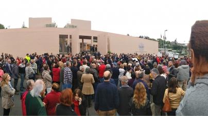 Centenas em frente ao parlamento dos Açores pedem justiça nos voos para o Faial
