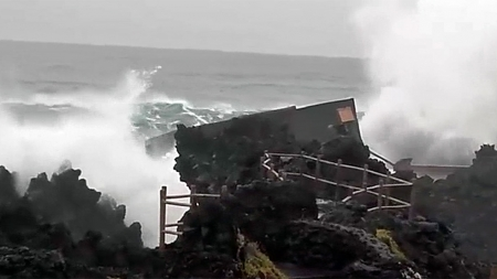 Mar destruiu central das ondas no Pico (Vídeo)