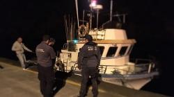 Embarcação de pesca, assistida pela polícia marítima ao largo da ilha de São Jorge