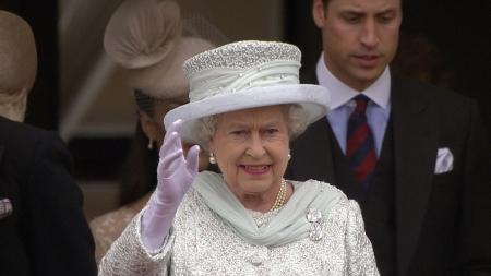 Rainha de Inglaterra proíbe palhinhas e copos de plástico no palácio de Buckingham