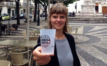Ela quer pôr os lisboetas a beber em copos reutilizáveis para acabar com os descartáveis